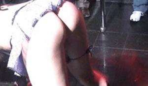 Flagra stripper gostosa tirando a roupa ao vivo na boate lotada
