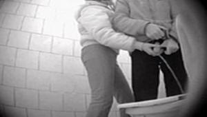 Flagra câmera escondida banheiro público da Colômbia