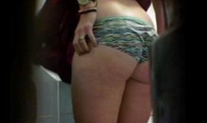 Espiando banheiro com loirinha fazendo xixi distraída