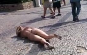 loira peladona na rua