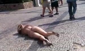 Loira peladona na rua se exibindo em plena luz do dia