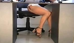 Secretária gostosa de mini saia provocando seu chefe
