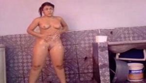 Filmando amiga peladinha tomando banho de mangueira