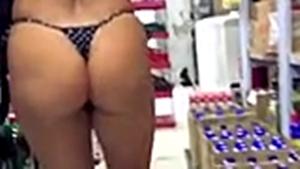 Gostosa na loja de conveniências desfilando de biquíni