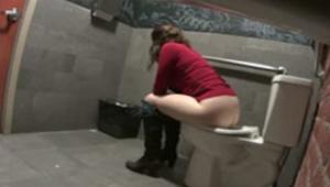Câmera escondida banheiro de restaurante flagra gostosa