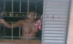 flagras vizinha pelada na janela