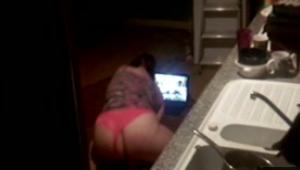 Flagras vizinha tocando siririca assistindo porno lésbico