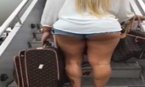 gostosa embarcando no avião