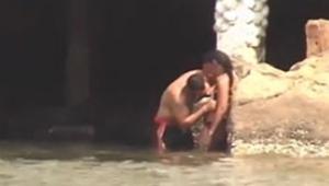Mulher é flagrada transando na praia com desconhecido