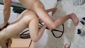 Sexo caseiro na cadeira erótica com a namoradinha