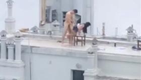 Casal flagrado fazendo sexo na cobertura de um prédio