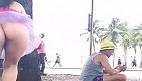 Flagra carioca sem calcinha durante carnaval de rua