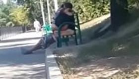 Flagra de sexo no banco da praça gostosa doida de tesão
