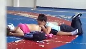 Flagra alunas lésbicas fazendo sexo oral na quadra da escola