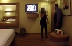 Gostosa transando com funcionário do hotel que se hospedou