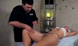 Massagem na bunda gostosa da safada casada