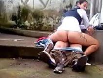 Flagra casal fazendo sexo em um beco abandonado