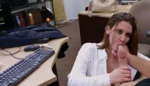 Secretária peituda faz sexo com chefe no serviço