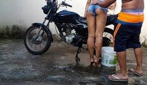 Flagra sexo lavando a moto e levando rola na bunda