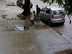 Câmera de segurança flagra sexo oral em seguida um assalto
