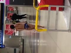 Mulher ficou nua andando no Aeroporto mostrando os peitões