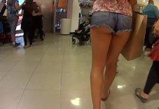 Flagra gostosa de short curto no shopping da cidade