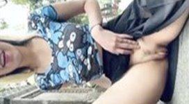 Novinha se exibindo sem calcinha e sutiã na praça pública