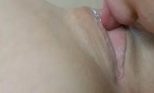 Chupando buceta linda totalmente raspadinha da safada