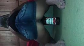 Flagra safada se masturbando e gozando com garrafa de cerveja