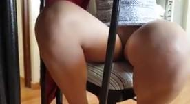Gostosa sem calcinha exibe a bucetinha no flagra caseiro