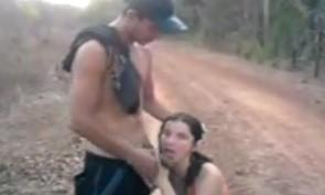 Flagra de sexo oral na estradão de chão com destino ao sítio