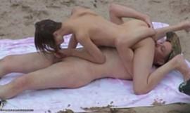 Flagra sexo com magrinha gostosa transando na praia
