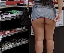 Mulher sem calcinha na loja de conveniência exibindo rabão
