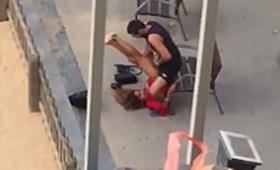 Flagra casados fazendo sexo em público de frente a praia