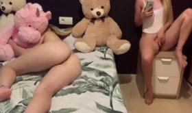 Novinha batendo siririca desejando a prima pelada na cama